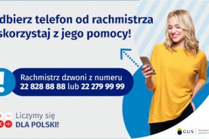 Na grafice jest napis: Odbierz telefon od rachmistrza i skorzystaj z jego pomocy! Rachmistrz dzwoni z numeru 22 828 88 88 lub 22 279 99 99. Po prawej stronie widać uśmiechniętą kobietę trzymającą w dłoni telefon. Na dole grafiki są cztery małe koła ze znakami dodawania, odejmowania, mnożenia i dzielenia, obok nich napis: Liczymy się dla Polski! W prawym dolnym rogu jest logotyp spisu: dwa nachodzące na siebie pionowo koła, GUS, pionowa kreska, Narodowy Spis Powszechny Ludności i Mieszkań 2021.